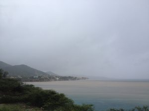 Urenlang stroomde het zand van Playa Lagun en Playa Jeremi in zee - foto: Anneke Polak