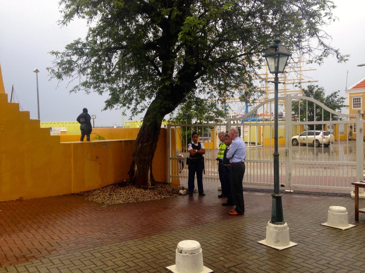 De omgeving van Fort Oranje was afgezet tijdens de zitting   foto: Gijs van den Heuvel