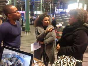 Natasja Gibbs modereert op Schiphol het debat op NPO Radio 1 tussen de Curaçaose Quinlan de Windt en de Bonairiaanse Alfie Vanwyngarden over braindrain en remigratie - foto: NTR