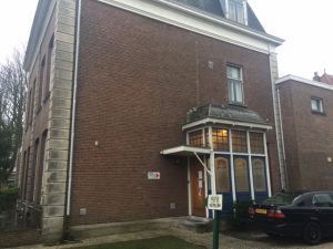 De ingang van het vroegere Curaçaohuis, Badhuisweg 175 in Den Haag. Foto: Pieter Hofmann.