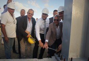 Luis Cano tweede van rechts geflankeerd door de ministers van Arbeid en Toerisme - foto: Sharina Henriquez